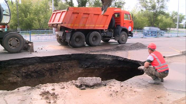 В акимате назвали причины обвала асфальта на дороге в Караганде