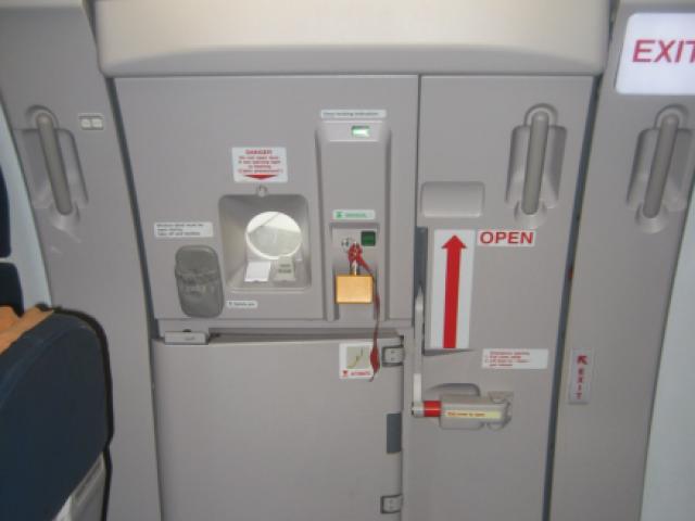 """""""Впервые летел на самолете"""". Пассажир перепутал аварийную дверь с туалетом"""