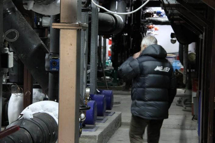 """В Алматы впервые показали сердце катка """"Медеу"""" - машинный зал с холодильной станцией"""
