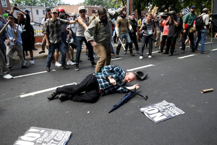 Милиция  задержала водителя, врезавшегося втолпу протестующих вВиргинии