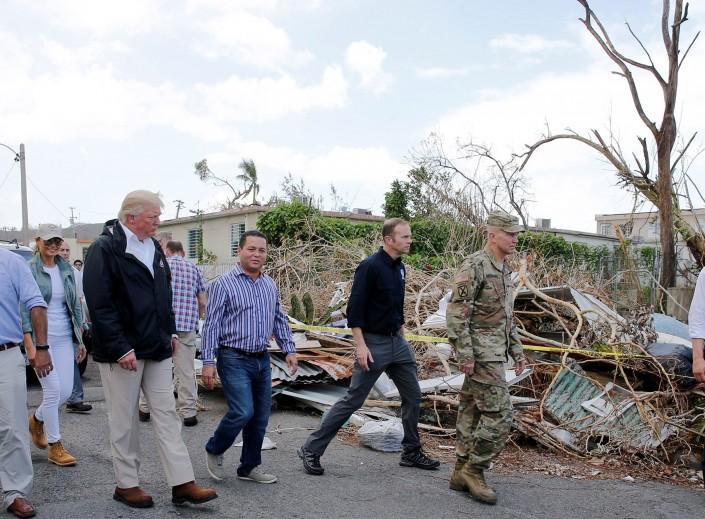 Впроцессе  визита вПуэрто-Рико Трамп бросил втолпу бумажные полотенца