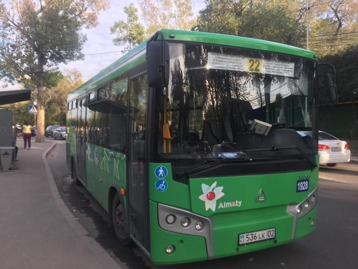 Водитель автобуса и легковушки подрались в центре Алматы 1