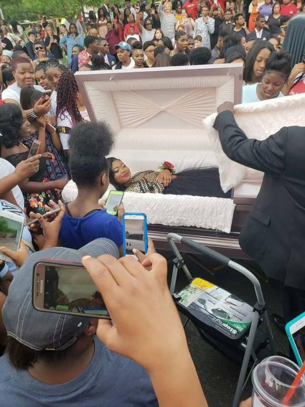 Старшеклассницу привезли на выпускной в гробу