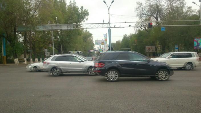 Автомобиль врезался в пассажирский автобус в Алматы
