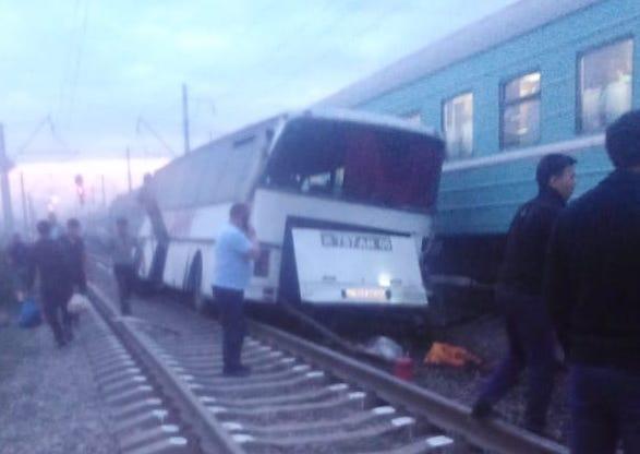 Поезд снес пассажирский автобус на переезде в станции Шамалган (ВИДЕО)