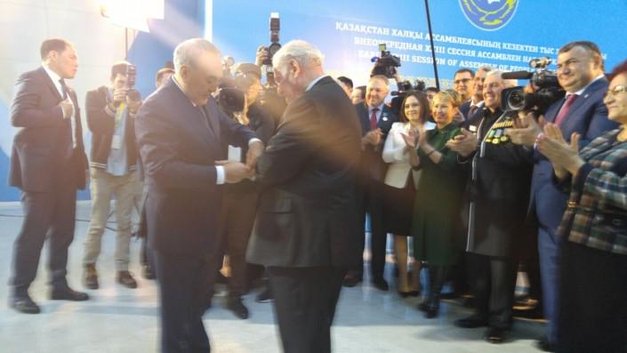 Президент РК подарил свои часы ветерану войны