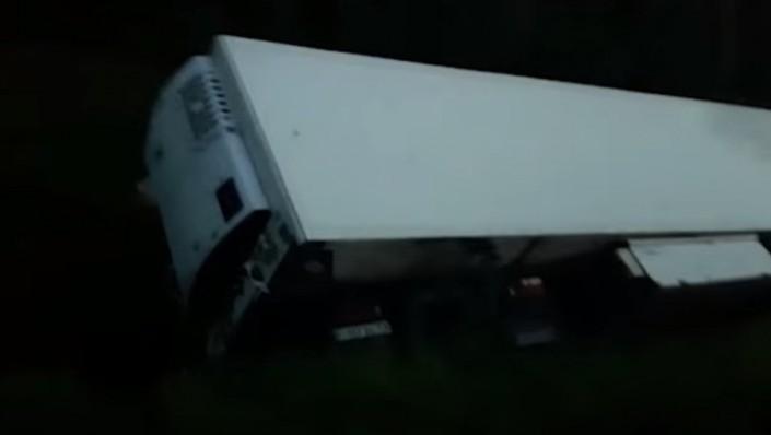 НаЕКАДе перевернулся фургон спомидорами