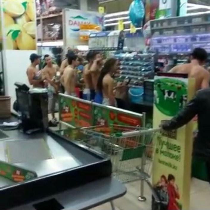 golaya-v-supermarkete-foto