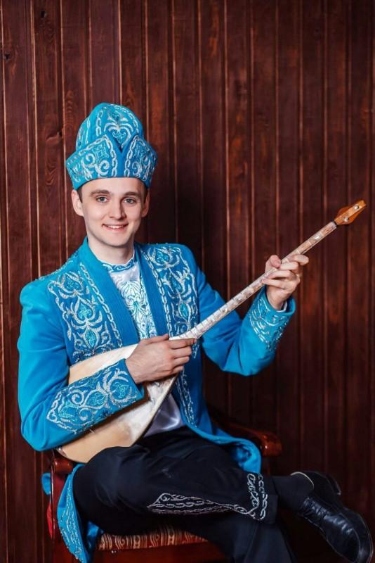 Алматинец покорил Казнет виртуозной игрой на домбре