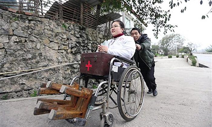 Безногая девушка 15 лет работает сельским врачом, передвигаясь на стульях