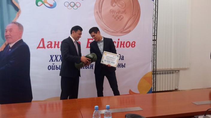 Боксер Елеусинов сообщил 10 млн тенге больным ДЦП детям