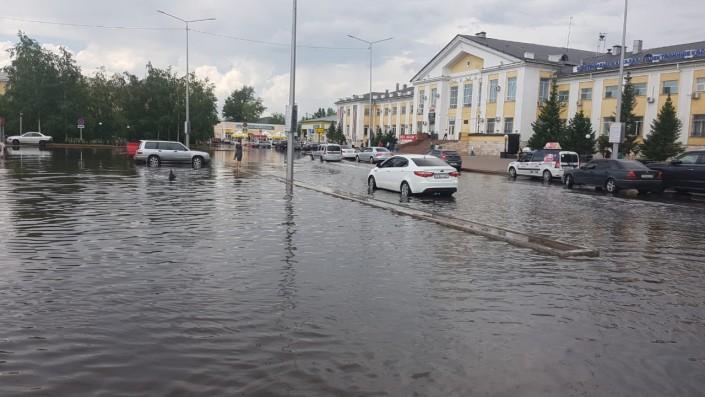 Привокзальную площадь затопило в Астане