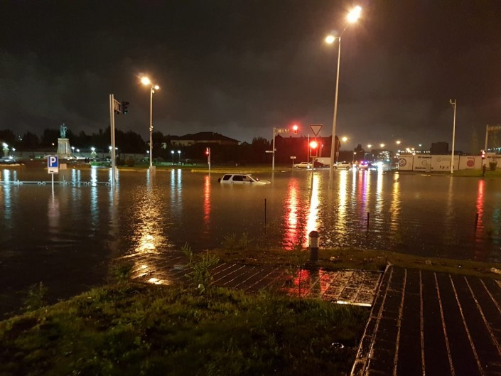 Полные дождевой воды автобусы сняли на видео жители Астаны