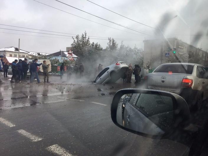 Вяму скипятком провалился автомобиль вПетропавловске