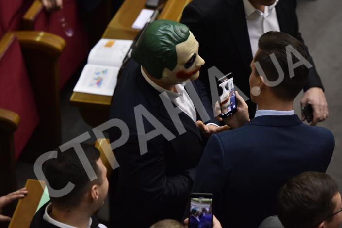"""""""Каждый из нас сегодня немного """"Джокер"""""""": украинский депутат пришел в Раду в маске 1"""