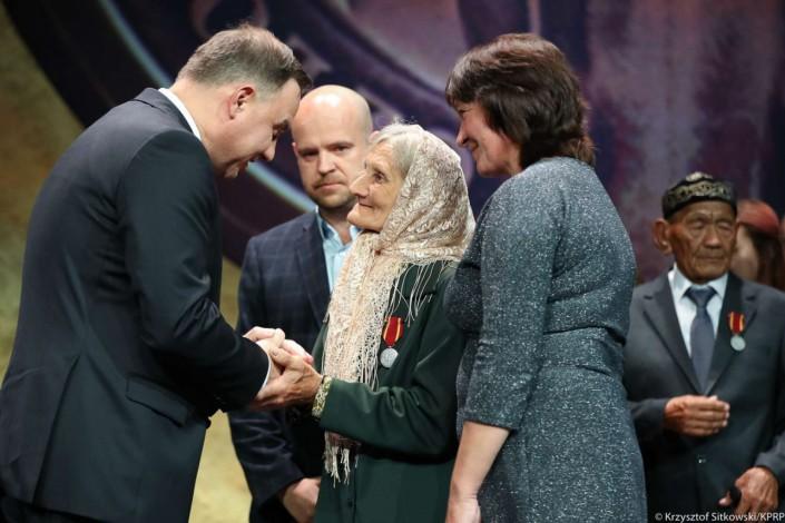 Президент Польши наградил казахстанца за помощь депортированной семье