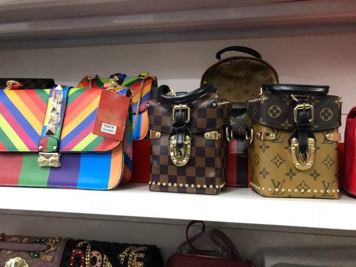 31ac74d182fe Проверяющие попросили индивидуального предпринимателя выложить весь товар с  брендами Chanel, Hermes и Louis Vuitton. Всего конфисковали 42 сумки на  общую ...