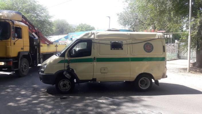 Инкассаторская машина перевернулась от удара об Lexus в Алматы