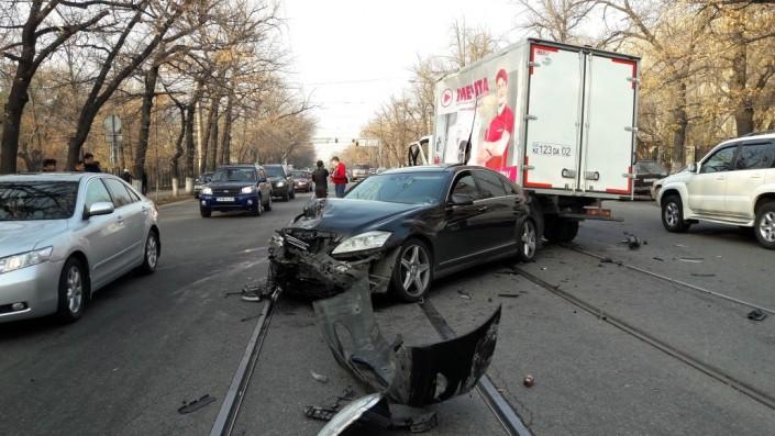 «ГАЗель» опрокинулась накрышу Mercedes вАлматы