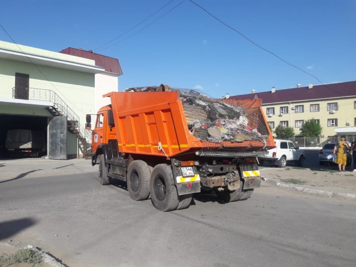 Женщина 20 лет копила мусор в квартире в Атырау: его вывозили три КамАЗа