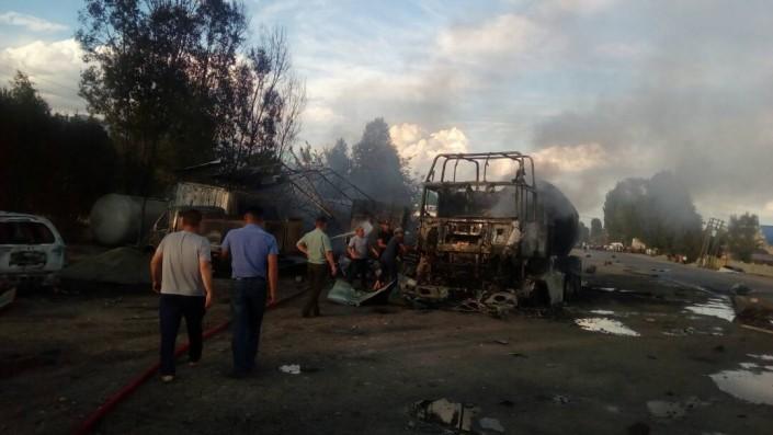 Взрыв на заправке: Пожарные тушили огонь водой из арыков - МЧС Кыргызстана