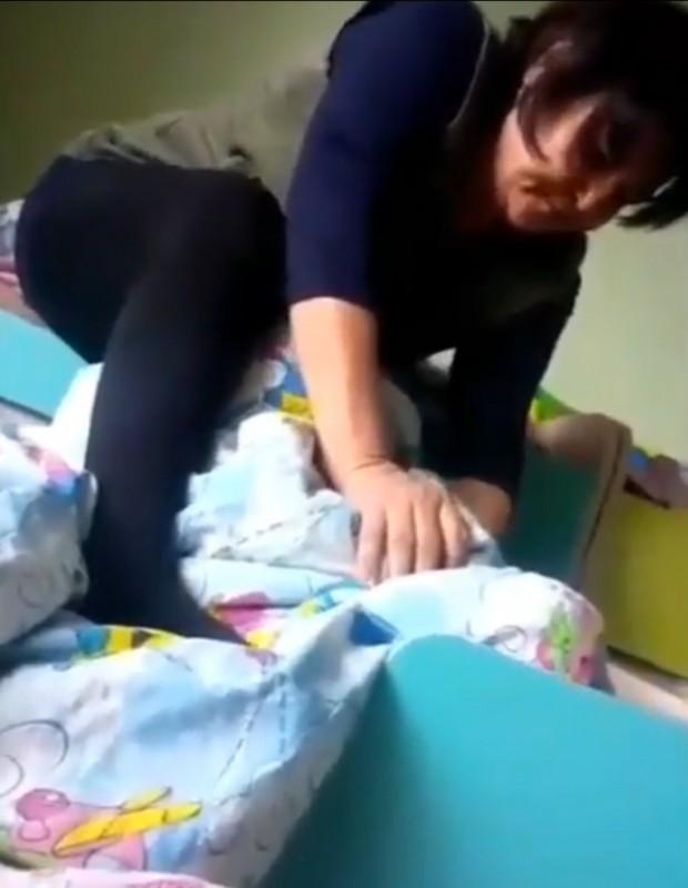 Душила ребенка: воспитательницу детсада судят в Темиртау