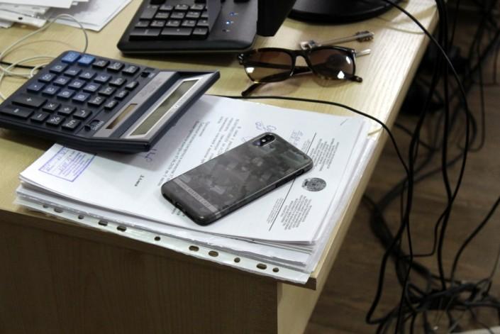 Рейд по кабинетам. У госслужащих нашли запрещенные смартфоны