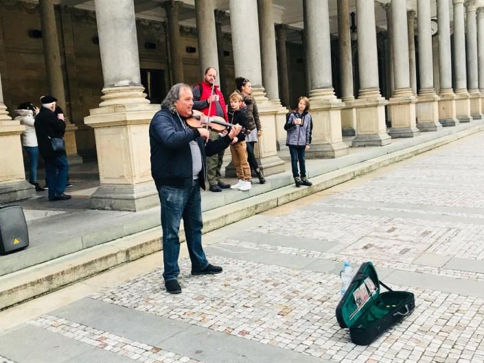 Казахские мотивы в Европе: уличный музыкант удивил песней Шамши Калдаякова