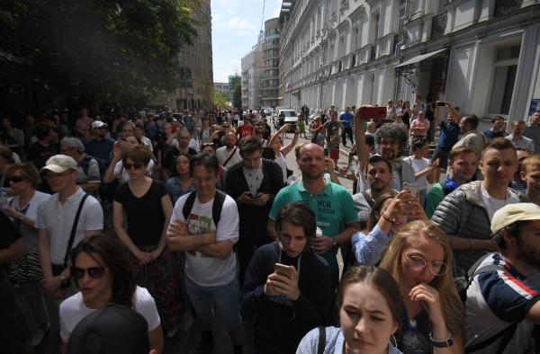 Либералы подставили сторонников под дубинки: силовики пресекают провокации в Москве