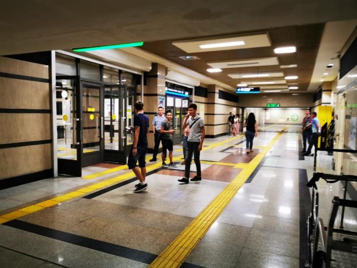 Алматы: пассажиры застряли в метро из-за отключения электричества