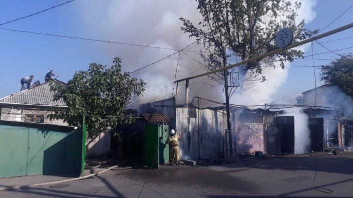 Сильный пожар начался в Алматы