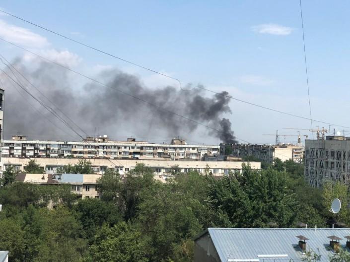 Сильный пожар начался на проспекте Назарбаева в Алматы