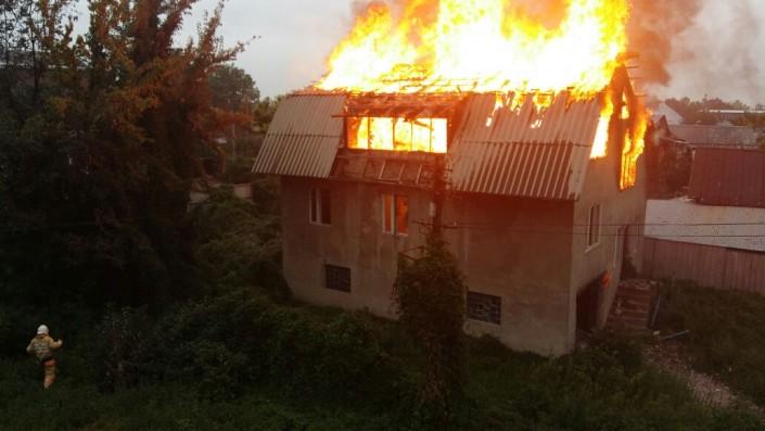 Жилой дом загорелся рядом с ВОАД в Алматы