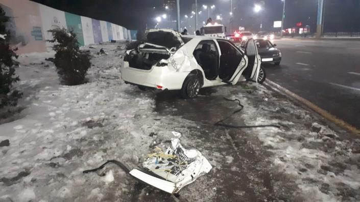Водитель Toyota Camry чудом выжил в страшном ДТП в Алматы
