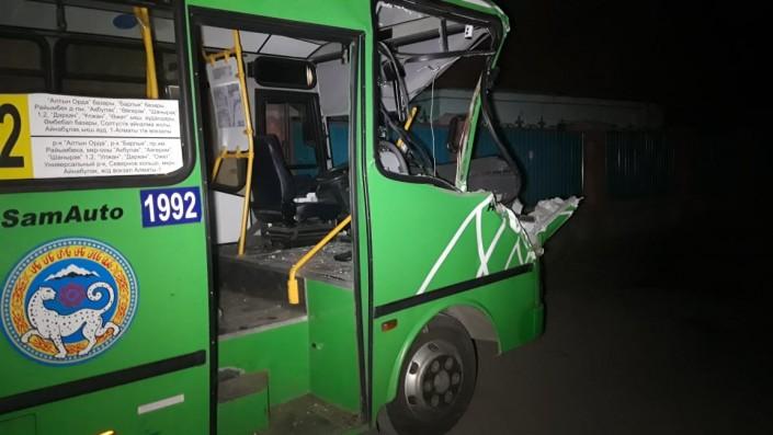 Автобус врезался в припаркованный манипулятор в Алматы