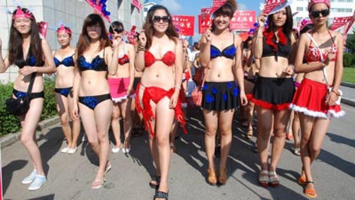 Девушки китаянки на пляже