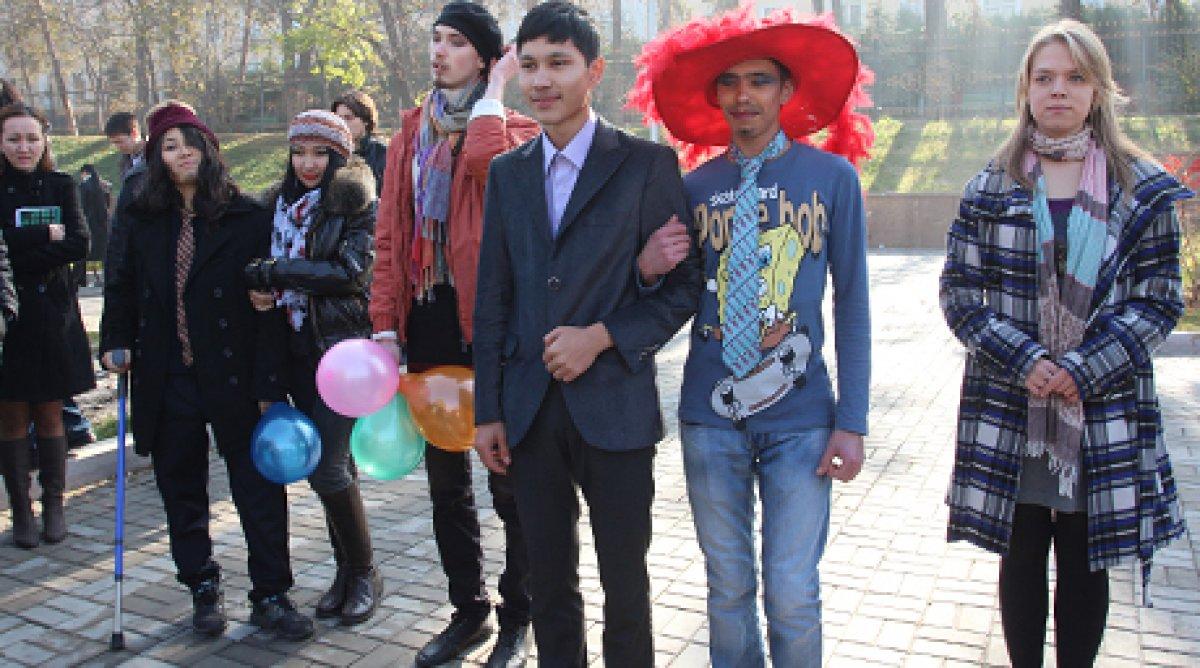 hochu-lesbi-v-almati-segodnya-foto-tolstoy-zhopoy-saditsya-na-dildo