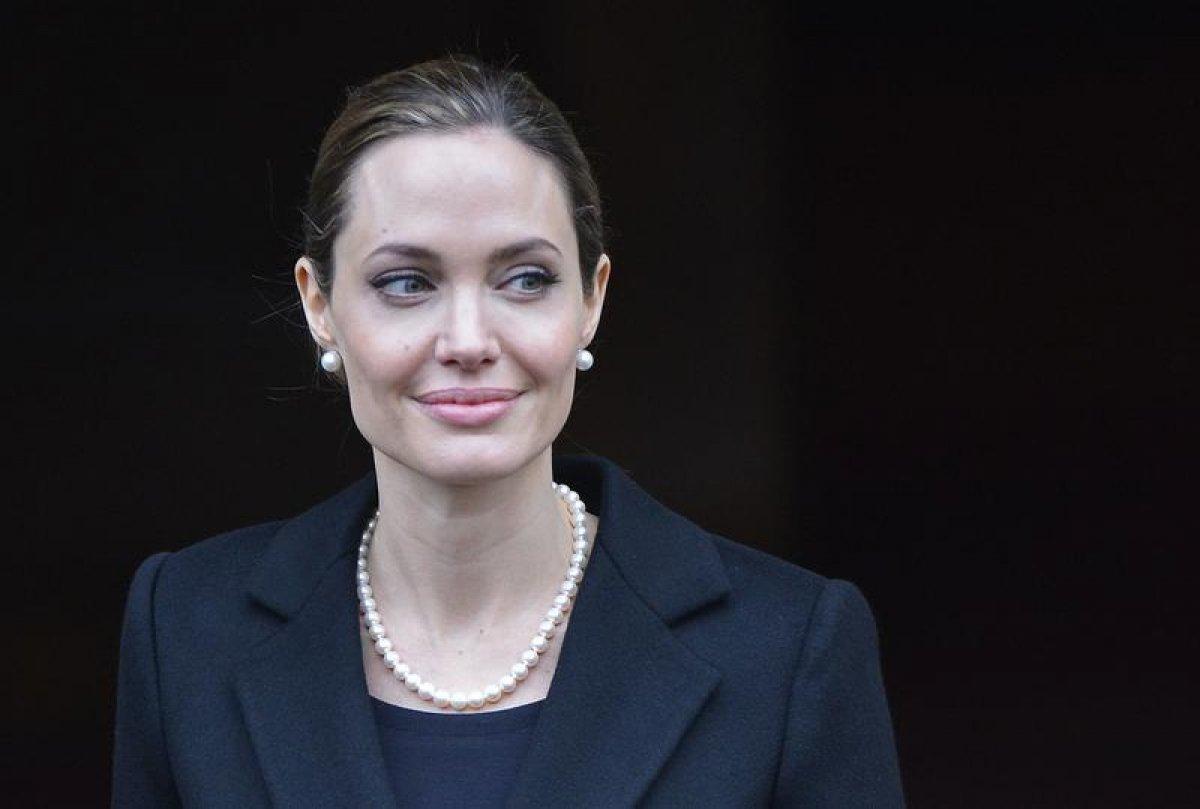 Анджелина Джоли Подглядывает Как Мелани Лоран Занимается Сексом – Лазурный Берег (2020)