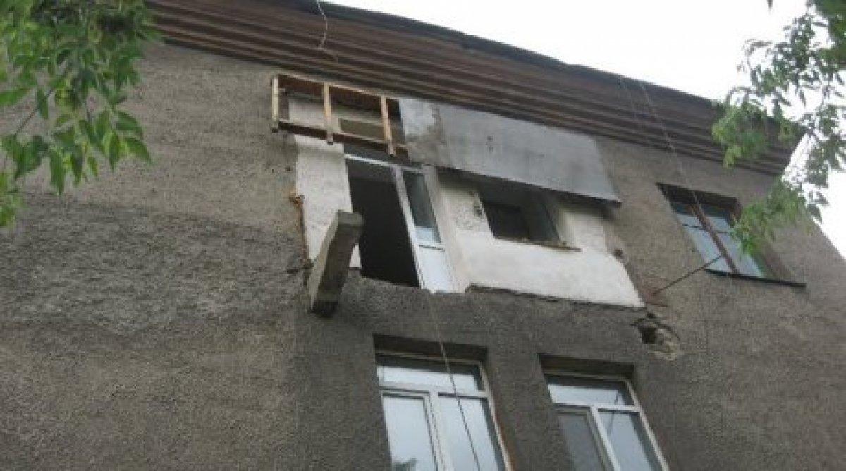 Упавшие при обрушении балкона в караганде рабочие скончались.