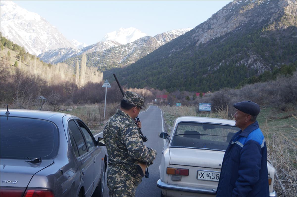 """Задержание браконьера. Фото ©<a  data-cke-saved-href="""" href="""" http://otyrar.kz"""" target=""""_blank"""">otyrar.kz</a>/"""