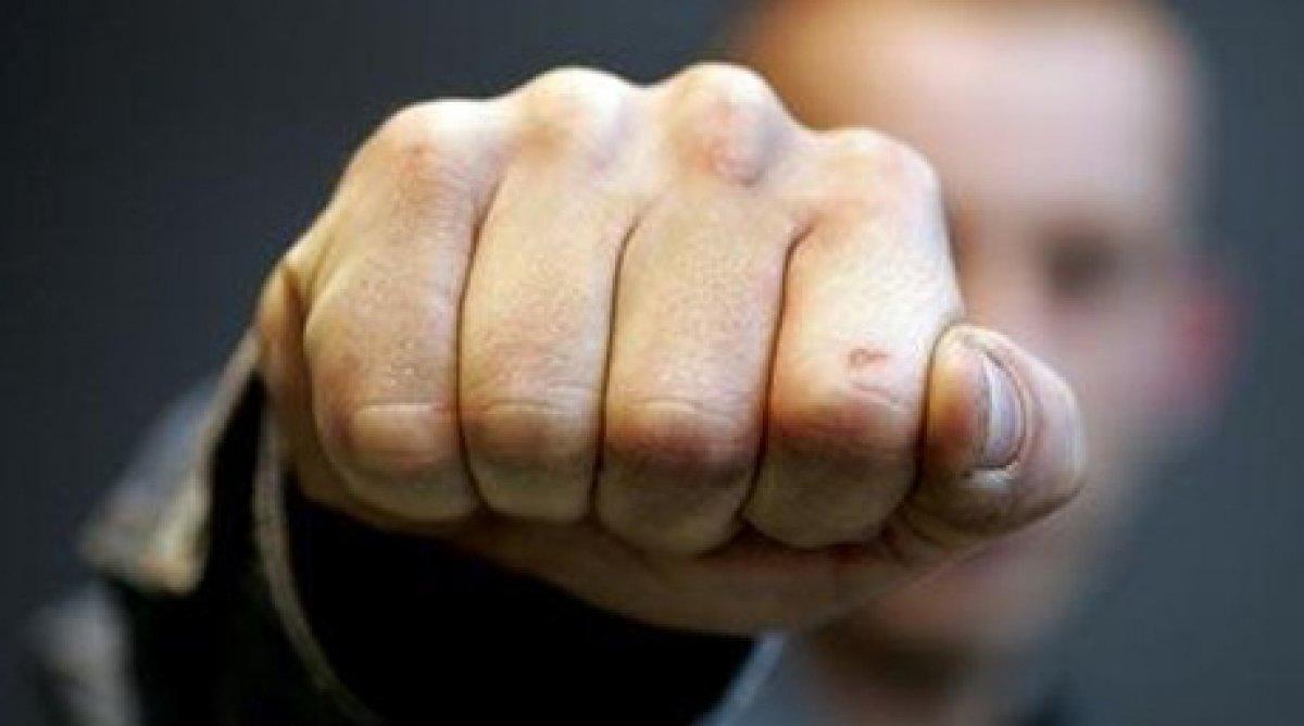 Мужчина избил учителя физкультуры за оскорбление дочери в Костанае
