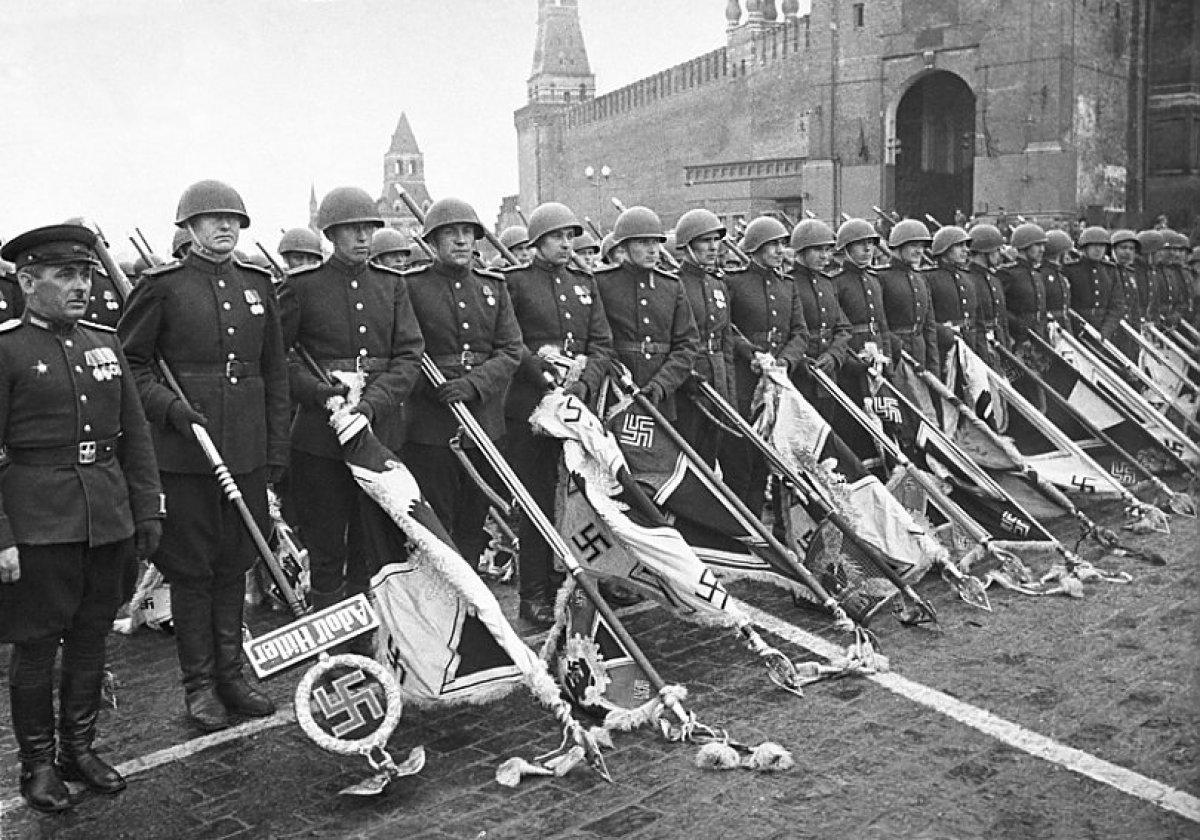 Подвиги казахстанцев в годы Великой Отечественной войны новости  Парад победы на Красной площади 1945 года Фото с сайта topwar ru
