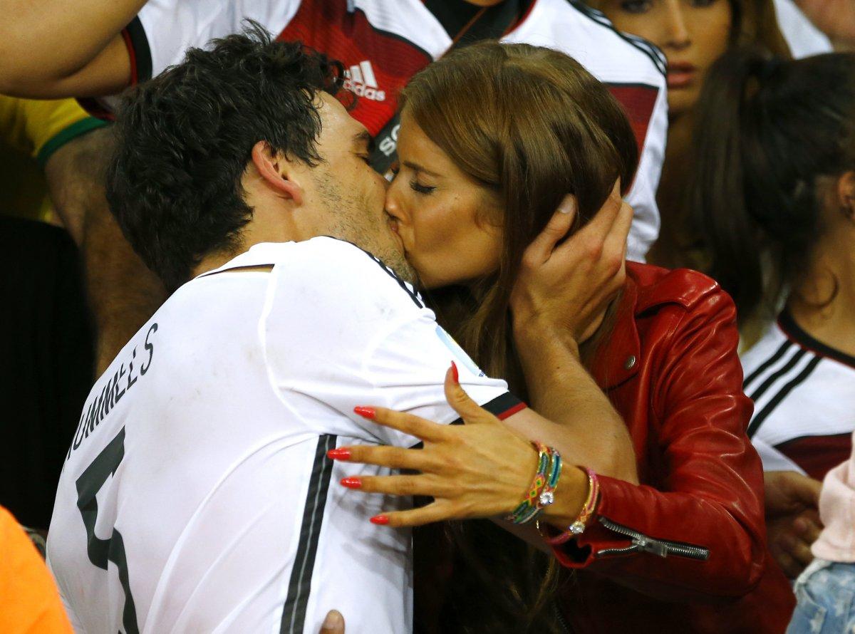 Image result for фото девушки на чемпионате по футболу целуются