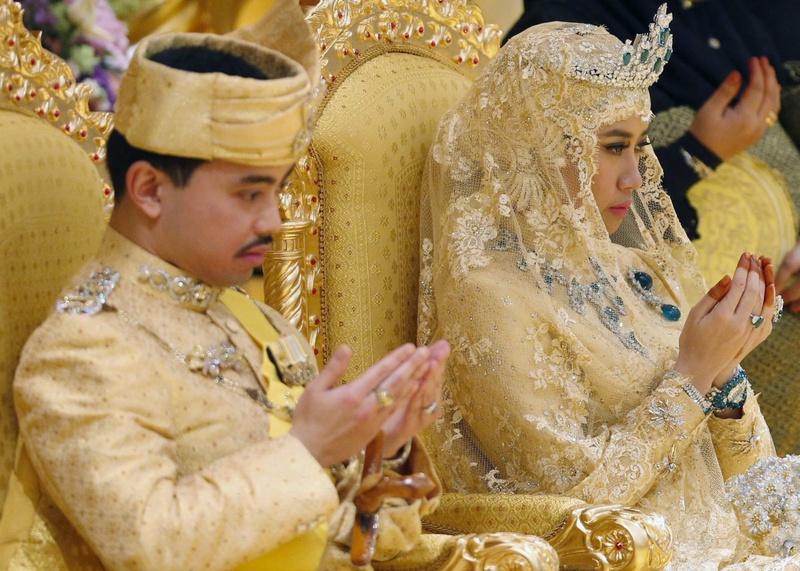 Принц Абдул Малик и его невеста Даянгку Раабиатуль Адавия Пенгиран Хаджи Болкиах. © Reuters