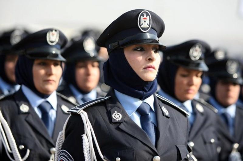 Девушки полицейские пришли и арестовали мужика сексуально