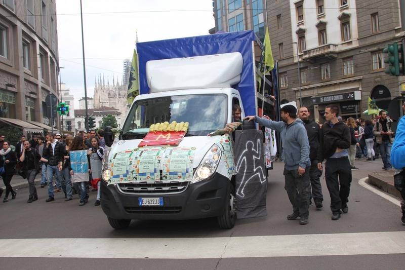 На улицах Милана и в день открытия прошли демонстрации. Фото Роза Есенкулова ©