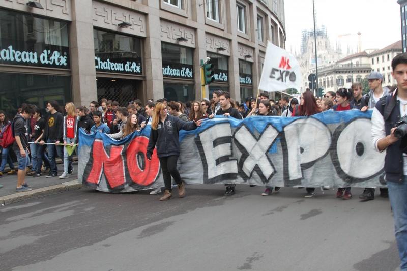 За день до открытия манифестанты вышли на улицы. Фото Роза Есенкулова ©