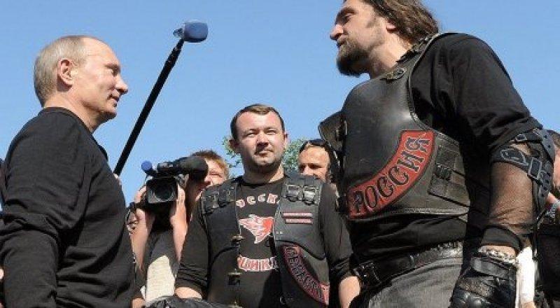 Путин на встрече с байкером Хирургом. © Дмитрий Азаров / Коммерсантъ