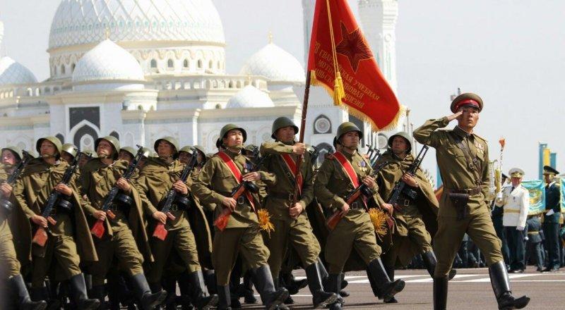 Часть военнослужащих была в форме времен Великой Отечественной войны.
