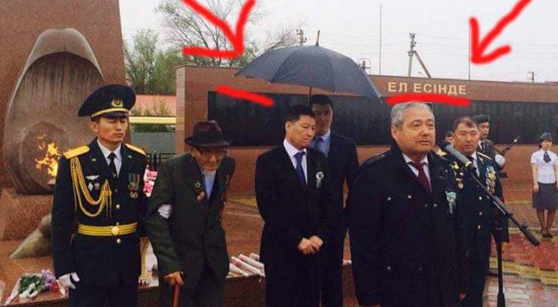 История с фото замакима Атырауской области под зонтом получила продолжение